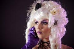 Femme burlesque drôle parlant du téléphone images libres de droits