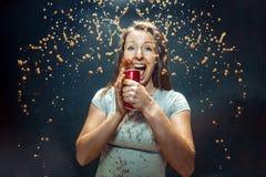 Femme buvant d'un kola photos libres de droits