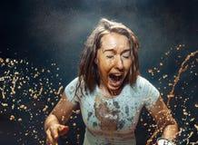 Femme buvant d'un kola images libres de droits