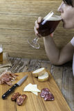 Femme buvant d'un verre de bière Image stock