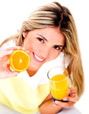 Femme buvant du jus d'orange Images libres de droits