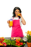 Femme buvant du jus d'orange frais Photos stock