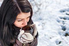 Femme buvant du thé chaud Image stock