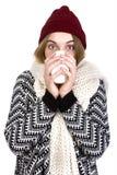 Femme buvant du thé chaud images libres de droits