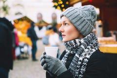 Femme buvant du thé ou du vin chaud chaud à Noël en Europe Photos libres de droits