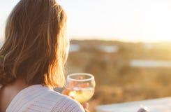 Femme buvant le blanc refroidi photos libres de droits
