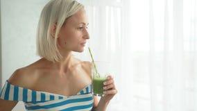 Femme buvant le smoothie végétal vert à la cuisine Mode de vie sain de consommation clips vidéos