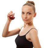 Femme buvant un liquide rouge photo stock