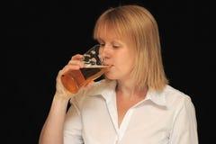 Femme buvant une boisson photos libres de droits