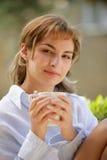 Femme buvant une cuvette de café image libre de droits