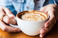Femme buvant une tasse de café de cappucino Image libre de droits