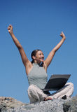 Femme célébrant avec des mains vers le haut image stock
