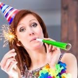 Femme célébrant dans la barre de cocktail Image stock