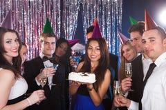 Femme célébrant l'anniversaire avec des amis à la boîte de nuit Photos libres de droits