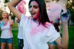 Femme célébrant le festival de couleurs avec des amis Photos stock