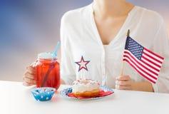 Femme célébrant le Jour de la Déclaration d'Indépendance américain Images stock