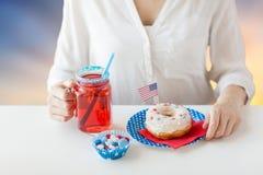 Femme célébrant le Jour de la Déclaration d'Indépendance américain Photographie stock libre de droits