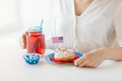 Femme célébrant le Jour de la Déclaration d'Indépendance américain Photo stock