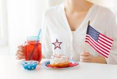 Femme célébrant le Jour de la Déclaration d'Indépendance américain Photos stock