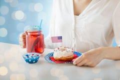 Femme célébrant le Jour de la Déclaration d'Indépendance américain Photos libres de droits
