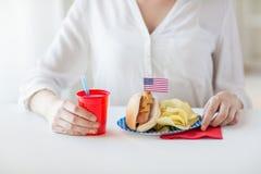 Femme célébrant le Jour de la Déclaration d'Indépendance américain Photographie stock