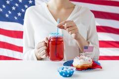 Femme célébrant le Jour de la Déclaration d'Indépendance américain Photo libre de droits