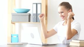 Femme célébrant le succès, excité pour des résultats au travail dans le bureau images libres de droits
