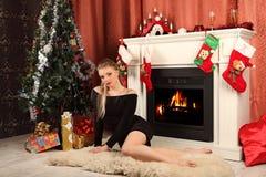 Femme célébrant Noël, femme de sourire dans la robe de soirée avec le verre de champagne de scintillement Photographie stock libre de droits