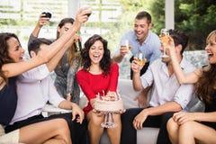 Femme célébrant son anniversaire avec des amis Photos libres de droits