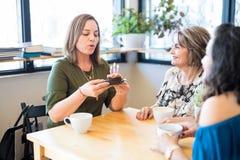 Femme célébrant son anniversaire avec le petit gâteau Photo libre de droits