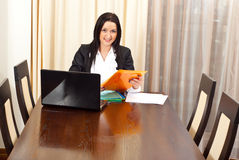 Femme célibataire d'affaires à la table de réunion Photo stock
