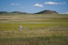 Femme célibataire en steppe Photo stock