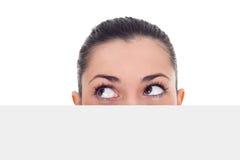 Femme cachée derrière le papier image libre de droits