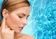 Femme calme touchant son oreille Photographie stock libre de droits