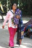 Femme cambodgienne vendant l'écharpe et le souvenir Photographie stock libre de droits