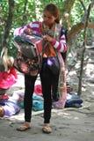 Femme cambodgienne vendant l'écharpe et le souvenir Images libres de droits