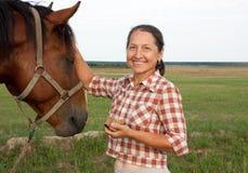Femme caucasien aîné avec le cheval photo libre de droits