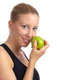Femme caucasien avec le sport-soutien-gorge mangeant la pomme Photo stock