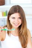 Femme caucasien heureux retenant une brosse à dents images libres de droits
