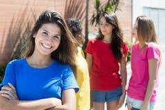 Femme caucasienne attirante avec trois amies dans la ville Photos libres de droits