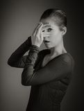 Femme caucasienne attirante dans ses 30 d'isolement sur a Photos stock