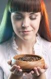 Femme caucasienne avec la tasse de grains de café Image stock