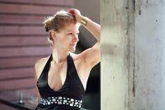 Femme caucasienne blonde en portrait noir de robe Photographie stock