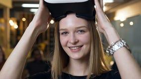 Femme caucasienne d'affaires enlevant des verres de vr de réalité virtuelle sur le fond de bureau clips vidéos
