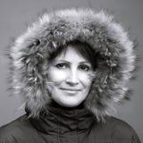 Femme caucasienne dans le capot de fourrure Photographie stock