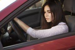 Femme caucasienne de jeune belle brune conduisant une voiture rouge somme Photos libres de droits