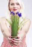 Femme caucasienne de pin-up tenant le groupe de fleurs lilas vives en franc Photo libre de droits
