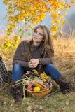 Femme caucasienne de sourire de jeunes extérieure Photographie stock libre de droits