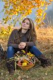 Femme caucasienne de sourire de jeunes extérieure Photographie stock