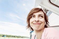 Femme caucasienne folle sur le bateau de croisière, thème de déplacement Photographie stock libre de droits